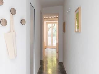 Hành lang, sảnh & cầu thang phong cách tối giản bởi Cristina Meschi Architetto Tối giản