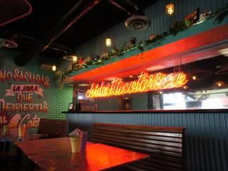 Cotorritos Cervecería Sabrosa Bares y clubs de estilo tropical de Mona Mx Diseño Tropical