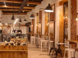 Proyecto de reforma, interiorismo, decoración y rehabilitación de cafetería en el casco histórico de Valladolid Bares y clubs de estilo industrial de MEDITERRANEAN FUSION S.L. Industrial