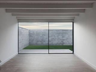 Proyecto y construcción de Casa Patio en Laguna de Duero Salones de estilo minimalista de MEDITERRANEAN FUSION S.L. Minimalista