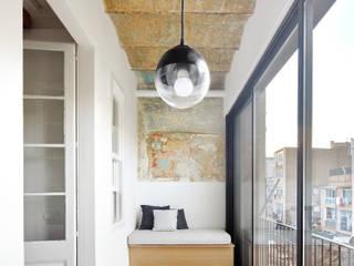 Moderner Flur, Diele & Treppenhaus von Piedra Papel Tijera Interiorismo Modern