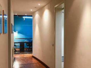 Pasillos y vestíbulos de estilo  por MEF Architect
