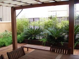 Jardim de escritório sobre laje: Terraços  por Luciana Rossetti Paisagismo
