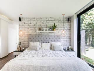 Schlafzimmer von BASSICO ARQUITECTOS, Modern Ziegel