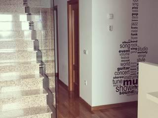 Minimalist corridor, hallway & stairs by Arte y Vida Arquitectura Minimalist