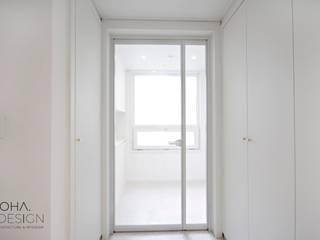 Nowoczesny korytarz, przedpokój i schody od 로하디자인 Nowoczesny
