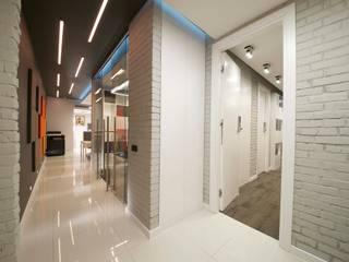 Офис для редакции журнала на Бауманской Коридор, прихожая и лестница в стиле минимализм от os.architects Минимализм