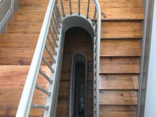 Restauro Edifício Histórico GUI: Escadas  por MCSARQ