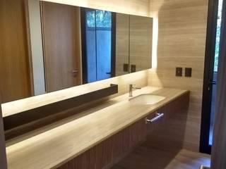 Baños de estilo moderno de AMID Moderno
