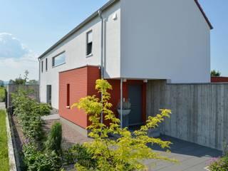 Massivholzhaus mit Sichtbeton-Elementen von Herrmann Massivholzhaus GmbH Modern