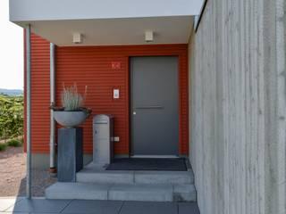Massivholzhaus mit Sichtbeton-Elementen Moderne Häuser von Herrmann Massivholzhaus GmbH Modern