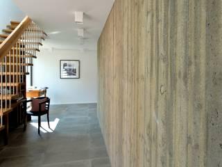 Massivholzhaus mit Sichtbeton-Elementen Moderner Flur, Diele & Treppenhaus von Herrmann Massivholzhaus GmbH Modern