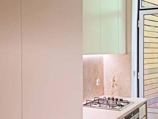 現代廚房設計點子、靈感&圖片 根據 Matos + Guimarães Arquitectos 現代風