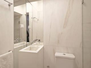現代浴室設計點子、靈感&圖片 根據 Matos + Guimarães Arquitectos 現代風