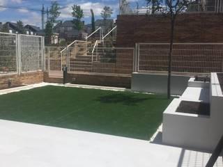 DISEÑO Y EJECUCIÓN DE JARDÍN PEQUEÑO EN ESTILO MINIMALISTA  EN MADRID.: Jardines con piedras de estilo  de RR Estudio Interiorismo en Madrid