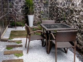 Jardín con traviesas en CDMX VIVERO XOCHIQUETZAL Jardines de piedra Derivados de madera Marrón