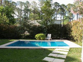 Casa El Pinar: Estanques de jardín de estilo  por Arquirea,