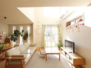 チョコレートタイルの家: 一級建築士事務所あとりえが手掛けたリビングです。
