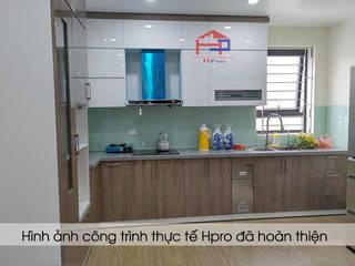 Công trình tủ bếp acrylic nhà anh Minh ở Lê Trọng Tấn Nội thất Hpro KitchenCabinets & shelves Multicolored