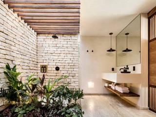 ห้องน้ำ โดย JAQUESTUDIO, ทรอปิคอล