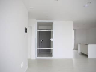 Pasillos, vestíbulos y escaleras de estilo minimalista de 주식회사 큰깃 Minimalista