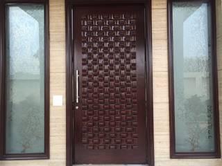 Farmhouse,Delhi:  Doors by Pheon Design Services (P) Ltd.,