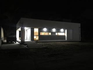 """Casa en Monte Hermoso - Barrio """"La Loma"""": Casas unifamiliares de estilo  por Estudio B Arquitectura y construcciones"""