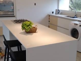 """Casa en Monte Hermoso - Barrio """"La Loma"""": Cocinas de estilo  por Estudio B Arquitectura y construcciones"""