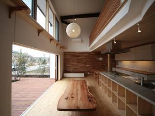 Living room by 株式会社高野設計工房,