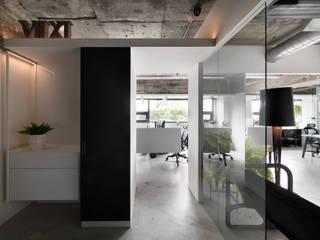 出口 工業風的玄關、走廊與階梯 根據 物杰設計 工業風