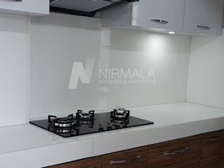 Interiors for 2 BHK at Vijaynagar Colony Nirmala Architects & Interiors KitchenCabinets & shelves