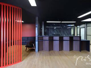Rénovation, design et agencemement d'une etude notariale en région parisienne.: Bureaux de style  par Alessandra Pisi / Pisi Design Architectes, Moderne