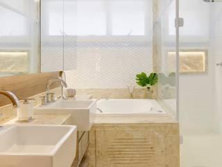 Modern Bathroom by ONÇA ARQUITETURA Modern