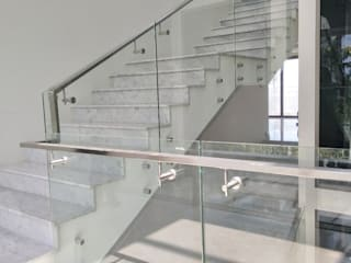 ราวบันไดกระจก แบบหมุดยึด: ทันสมัย  โดย บริษัท เดคอร่า (ไทยแลนด์) จำกัด, โมเดิร์น
