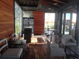 Villas y Cabañas de madera con terraza en Málaga Balcones y terrazas de estilo moderno de AMSR ARQUITECTOS en Málaga Moderno