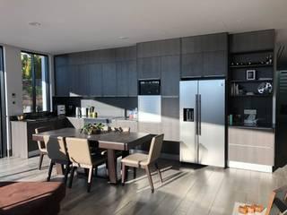 Cozinha DOCE Syncron: Armários de cozinha  por DECORAÇÃO MODERNA,Moderno
