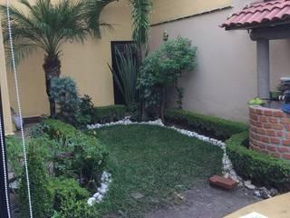 Terraza con policarbonato con jardinera con plantas y fuente de agua con plantas:  de estilo tropical por Jardineria pastrana , Tropical