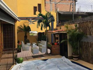 Terraza con policarbonato con jardinera con plantas y fuente de agua con plantas Balcones y terrazas tropicales de Jardineria pastrana Tropical