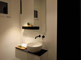 Ristrutturazione bagno per gli ospiti: Bagno in stile  di ALFONSI ARCHITETTURA,
