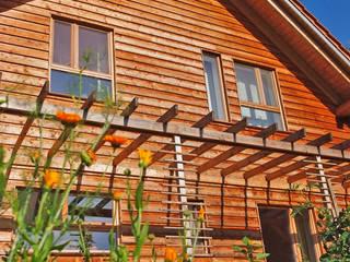 Kleines Massivholzhaus im Grünen von BRUNTHALER Massivholzhaus Klassisch