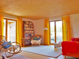 Kleines Massivholzhaus im Grünen Ausgefallene Wohnzimmer von BRUNTHALER Massivholzhaus Ausgefallen