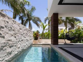 Piscina in stile  di Daniel Cota Arquitectura | Despacho de arquitectos | Cancún