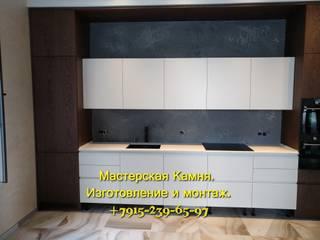 Изделия из кварцевого агломерата на кухне в частном доме от Мастерская камня Эклектичный