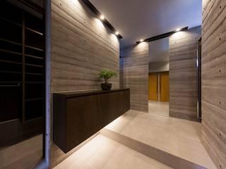 囲の家: STaD(株式会社鈴木貴博建築設計事務所)が手掛けた廊下 & 玄関です。