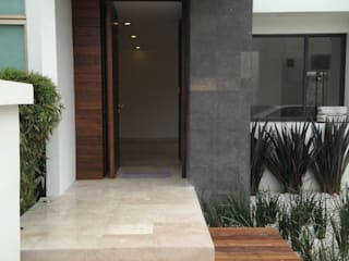 """Reforma y construcción en Marbella de casa antigua a estilo moderno de dos plantas con sótano. """"Mina la Fé"""" de AMSR ARQUITECTOS en Málaga Minimalista"""