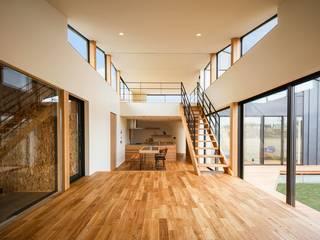 斜光の家: STaD(株式会社鈴木貴博建築設計事務所)が手掛けたリビングです。