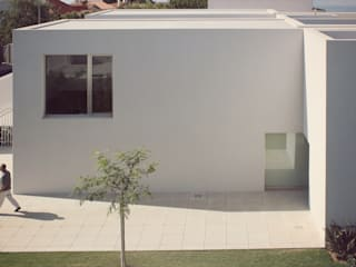 Дома в стиле модерн от joão navas arquitectos Модерн