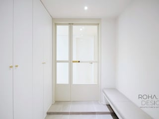 Modern Corridor, Hallway and Staircase by 로하디자인 Modern