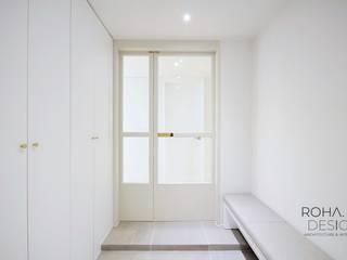 Corredores e halls de entrada  por 로하디자인, Moderno