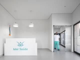 Clínica de Fisioterapia Mar Saúde Corredores, halls e escadas modernos por HAS - Hinterland Architecture Studio Moderno